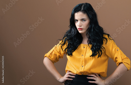 Angry young woman on a solid background Fototapet
