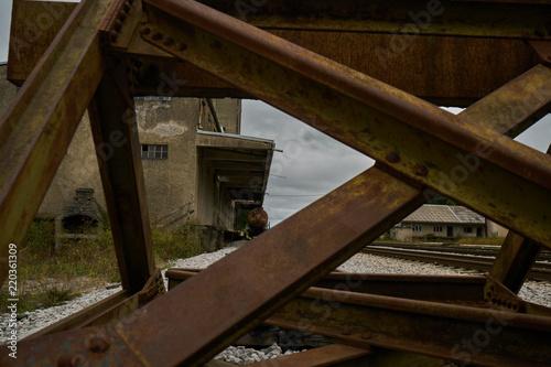 Keuken foto achterwand Oude gebouw Gleisende am verlassenen Bahnhof