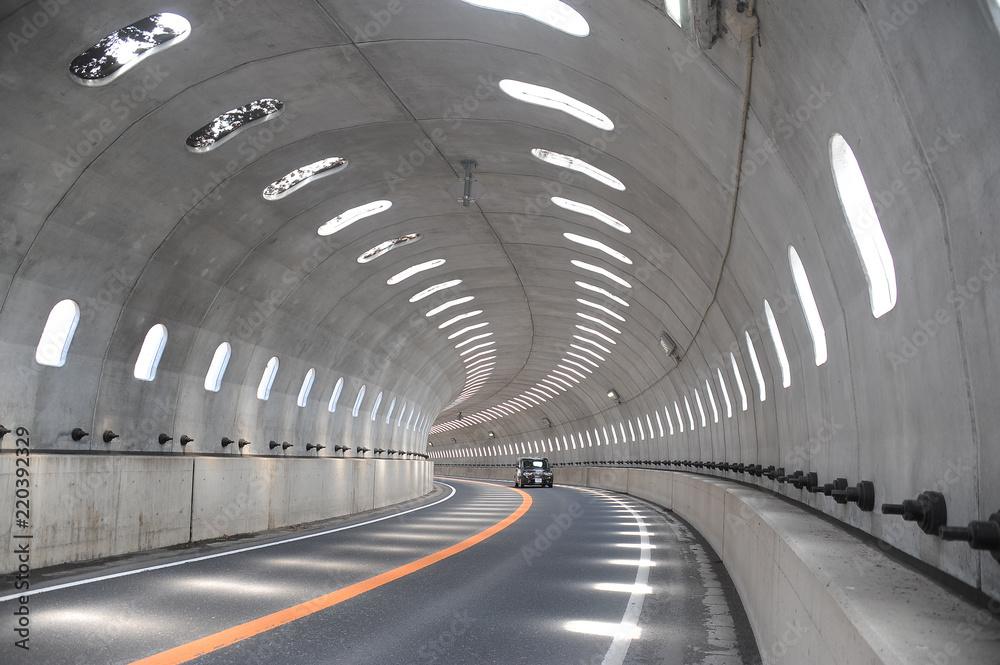 Fototapeta 明かり取りのあるトンネル