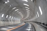 明かり取りのあるトンネル