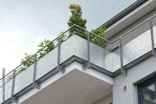 Fotografia Metall-Balkone,am Dachgeschoss eines modernen Wohnhauses