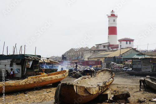 Photo Fisher village in front of the lighthouse of Accra in Ghana