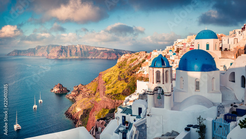 La pose en embrasure Santorini Sunny morning view of Santorini island. Picturesque spring sunrise on the famous Greek resort Oia, Greece, Europe. Traveling concept background. Artistic style post processed photo.