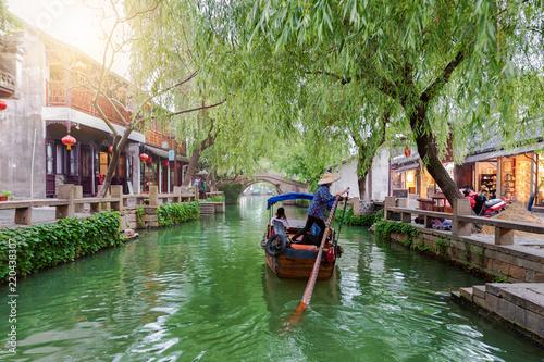 Deurstickers China Gondel fährt auf den Kanälen mit Restaurants und Bars der Wasserstadt Zhouzhuang in China, bei Shanghai