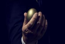 金の卵を手に持ったビ...
