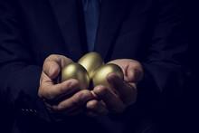 金の卵を手に持ったビジネスマン
