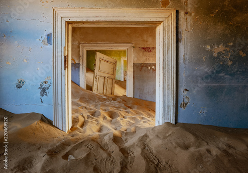 Sand has invaded and taken over these rooms in Kolmanskoppe Slika na platnu