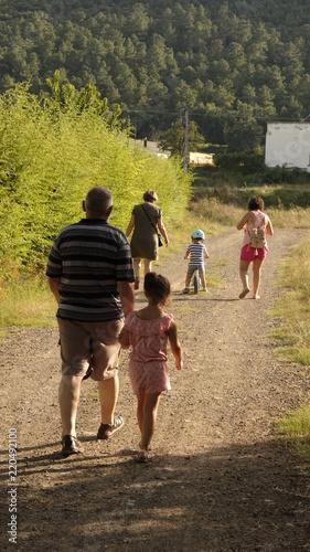 Photo Familia paseando por el campo