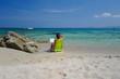 donna legge al mare