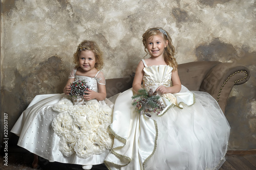Fotografía two young princesses in white