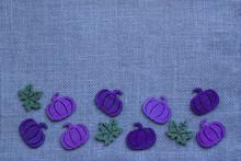 Blau Und Lila Kürbisse Mit Blättern Auf Hintergrund Aus Blauer Jute