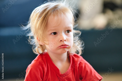 beautifull girl child with red t-shirt is siiting angry sad Canvas-taulu