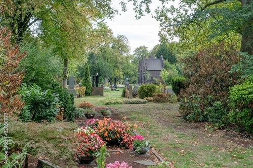 Foto op Canvas Begraafplaats Blick über den Friedhof zur Kapelle