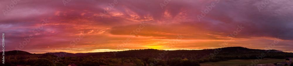 Fototapety, obrazy: panorama flamboyant sur un coucher de soleil au dessus des montagnes