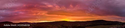 Montage in der Fensternische Ziegel panorama flamboyant sur un coucher de soleil au dessus des montagnes