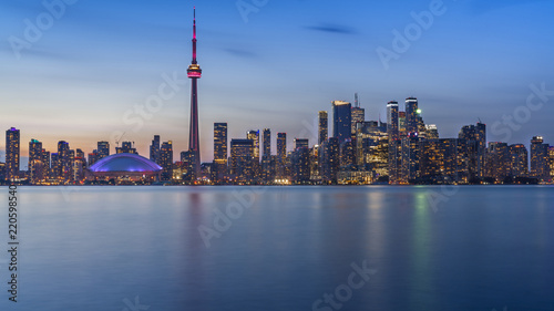 Staande foto Toronto Long exposure of Toronto, Ontario - Canada. Bright sky with a smooth water surface. Beautiful city lights seen from the Toronto Island