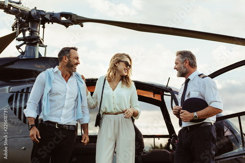 Fotografie, Obraz Couple alighted from a helicopter thanking pilot