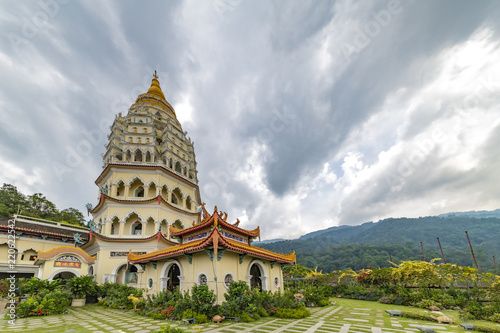 Spoed Foto op Canvas Bedehuis Up view on the 'Penang' and bouddhist temple called 'Kek Lok Si' in Chinese from the high land garden. 'Kek Lok Si' means