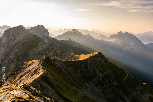 rano-lekki-nastroj-z-mgla-w-dolinach-w-gorach-austrii