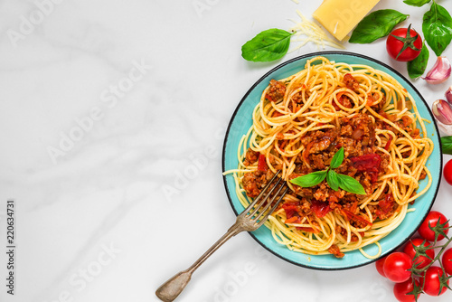 Papel de parede pasta spaghetti bolognese on a blue plate with fork on white marble table