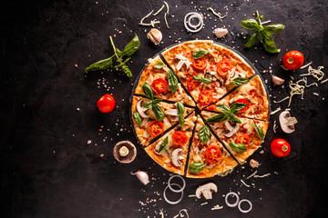 Smaczna pizza z wiśniami, cebulą i pieczarkami na czarnym tle