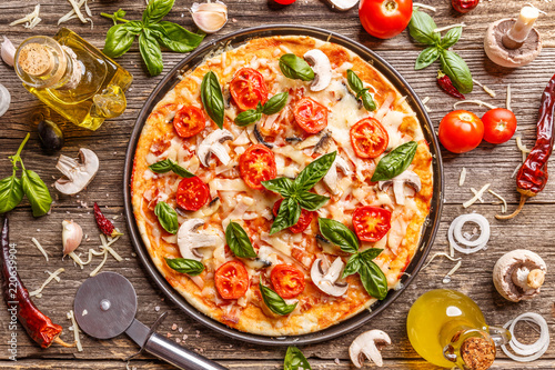 Photo sur Aluminium Pizzeria Flat lay with Italian pizza