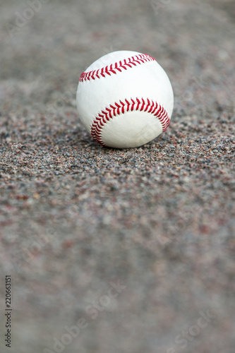 Fotografiet  one baseball on infield of sport field