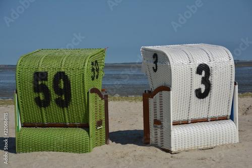 Foto op Plexiglas Noordzee Zwei Strandkörbe an der Nordsee