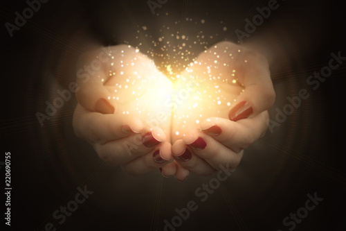 Photo  magic particles on the palms of a woman, a stream of magical energy emanating fr