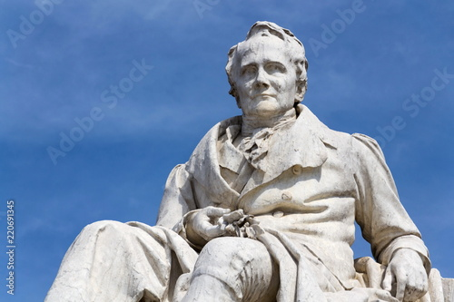 Foto  Alexander von Humboldt statue outside Humboldt University from 1883 by Reinhold