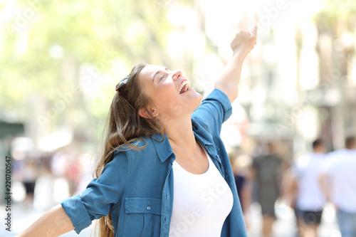Carta da parati Happy spontaneus woman stretching arms