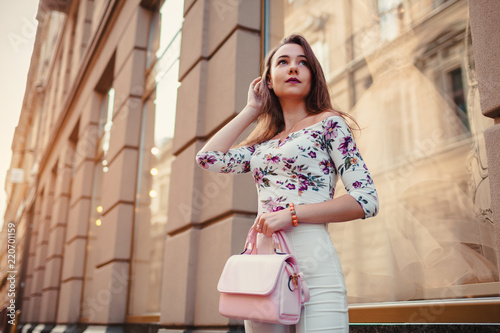 Photo Young woman wearing beautiful outfit and accessories outdoors