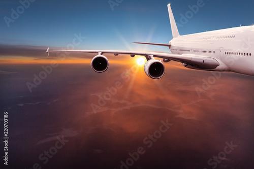 Duży samolot komercyjny latający nad chmurami dramatycznymi.