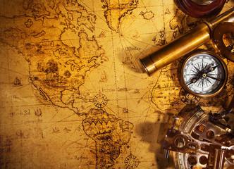 Stara vintage navigacijska oprema na staroj svjetskoj karti.