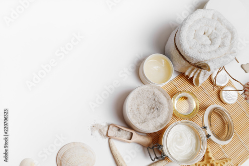 La pose en embrasure Spa Beauty and spa threatment products on white paper background. Space for text. Flat lay.