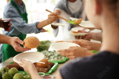 Fotografía  Volunteers serving food for poor people indoors