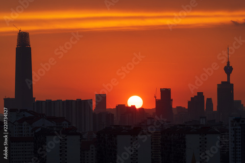 Photo  Majestic sunset over KL Tower and surrounded buildings in downtown Kuala Lumpur, Malaysia