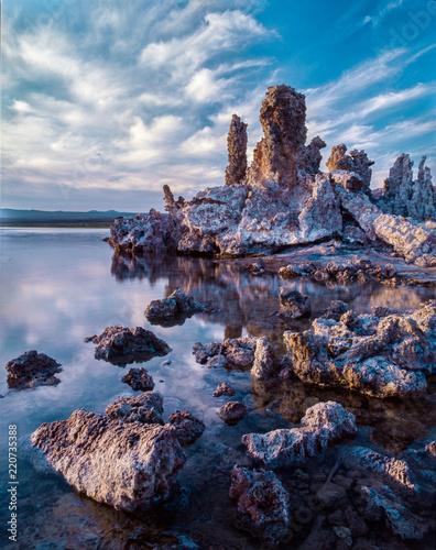 Fotografía Tufa Formations and Clouds During a Gorgeous Sunrise, South Tufa, Mono Lake, Cal