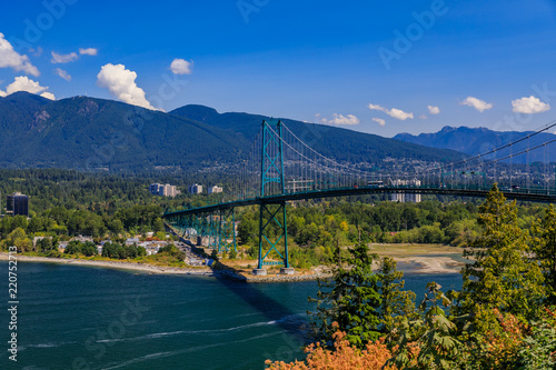 Photographie  Lions Gate or First Narrows Bridge in Stanley Park Vancouver Canada with North V