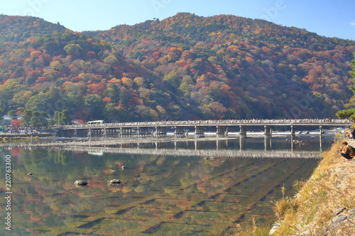 In de dag Kyoto 京都・渡月橋の紅葉