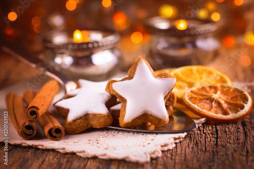 Deurstickers Kruidenierswinkel Duftende Zimtsterne und Gewürze auf dem gedeckten Tisch zu Weihnachten