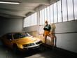 Femme debout près d'une voiture
