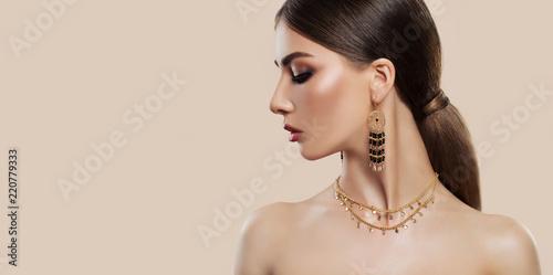 Fotografia Elegant woman with fashion jewelry on pink background