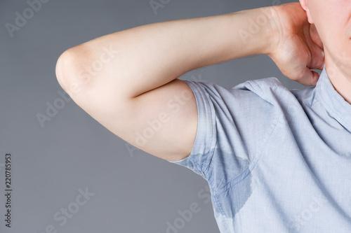 Obraz na płótnie Man with sweaty armpits on gray background