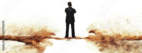 切れる寸前のロープの上に立つ男 Slika na platnu