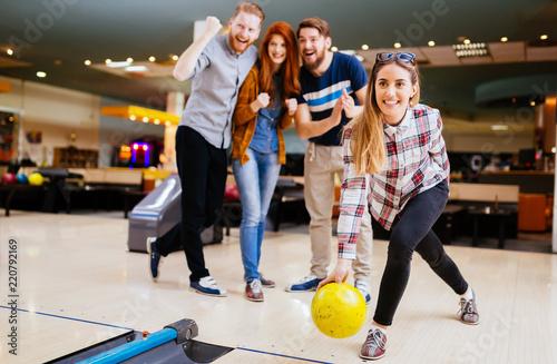 Fotografia  Cheerful friends bowling together