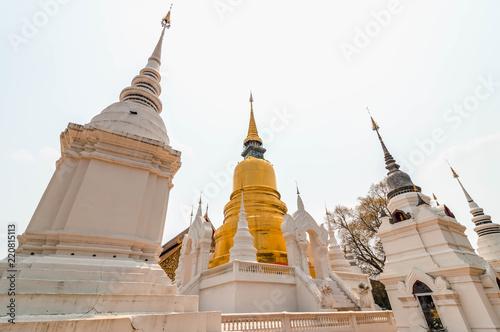 Foto op Plexiglas Bedehuis Pequeños detalles en el templo dorado Wat suan dok, Chiang Mai, Tailandia.