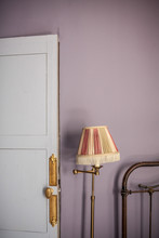 Intérieur Chambre Zen Couleurs Pâles Mur Mauve Lampadaire Laiton
