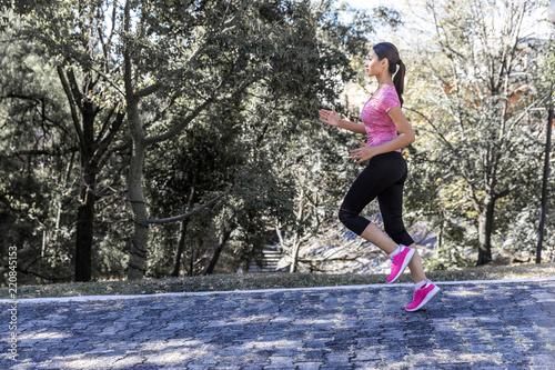 Fotografia  Young woman training in outdoors
