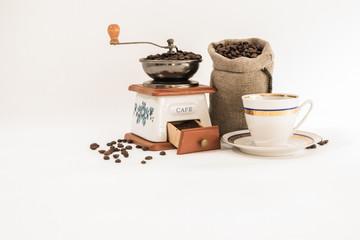 kawa filiżanka młynek ziarna kawy